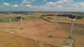Vista a?rea de las turbinas de viento de giro almacen de video