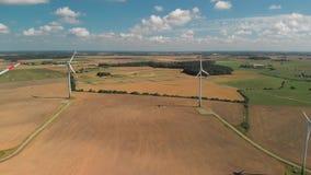 Vista a?rea de las turbinas de viento de giro almacen de metraje de vídeo