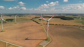 Vista a?rea de las turbinas de viento de giro metrajes