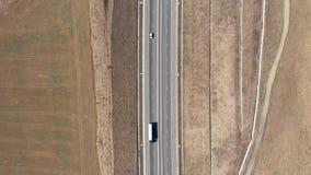Vista a?rea de los coches y de los camiones que pasan en una carretera, abej?n tirado almacen de metraje de vídeo
