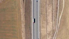 Vista a?rea de los coches y de los camiones que pasan en una carretera, abej?n tirado almacen de video