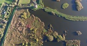 Vista a?rea de los lagos de los molinoes de viento del kinderdijk, puesta del sol, Pa?ses Bajos metrajes