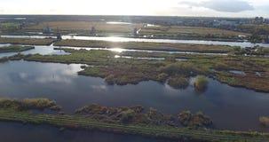 Vista a?rea de los lagos de los molinoes de viento del kinderdijk, puesta del sol, Pa?ses Bajos almacen de metraje de vídeo