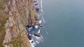 Vista a?rea de los seacliffs asombrosos el al frente del cuerno en Donegal - Irlanda metrajes