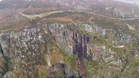 Vista a?rea de los seacliffs asombrosos el al frente del cuerno en Donegal - Irlanda almacen de metraje de vídeo