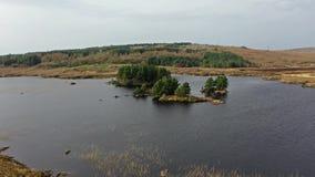 Vista a?rea de na Leabhar de Mhin Leic del lago - el lago de Meenlecknalore - cerca de Dungloe en el condado Donegal, Irlanda metrajes
