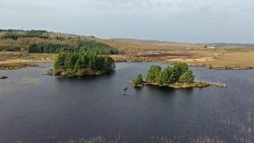 Vista a?rea de na Leabhar de Mhin Leic del lago - el lago de Meenlecknalore - cerca de Dungloe en el condado Donegal, Irlanda almacen de video