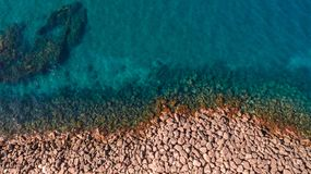 Vista a?rea de olas oce?nicas y de la costa rocosa fant?stica fotos de archivo libres de regalías