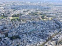 Vista a?rea de Par?s de la torre Eiffel que pasa por alto la casa de Invalides fotografía de archivo libre de regalías