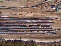 Vista a?rea de trens da carga Vag?es Railway com os bens na estrada de ferro imagens de stock