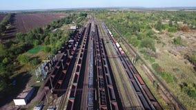 Vista a?rea de trens em um dep?sito de frete - carv?o de carv?o, minera??o, trem vídeos de arquivo