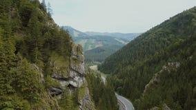 Vista a?rea de un camino de la monta?a en una garganta profunda hermosa Los coches se mueven en un camino de la monta?a metrajes