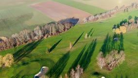 Vista a?rea de un campo de golf verde hermoso metrajes