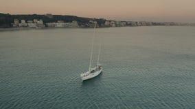 Vista a?rea de un velero m?vil cerca de Nettuno por la tarde, Italia almacen de video