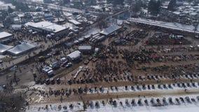 Vista a?rea de una venta del fango del invierno de Amish en el fango