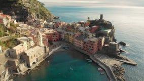 Vista a?rea de Vernazza, la ciudad famosa de Cinque Terre, Liguria, Italia septentrional almacen de video