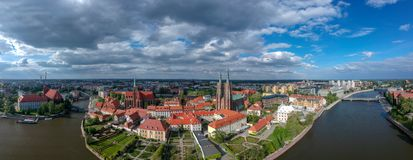A vista a?rea de Wroclaw: Ostrow Tumski, catedral de St John a igreja batista e escolar da cruz e do St santamente Barth imagem de stock