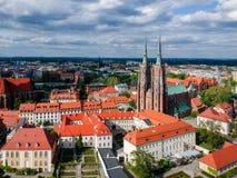 A vista a?rea de Wroclaw: Ostrow Tumski, catedral de St John a igreja batista e escolar da cruz e do St santamente Barth imagens de stock royalty free
