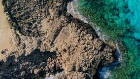 Vista a?rea del agua azul cristalina en laguna reservada en la orilla de Chipre almacen de video