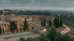 Vista a?rea del cementerio viejo en Siena, Italia almacen de metraje de vídeo