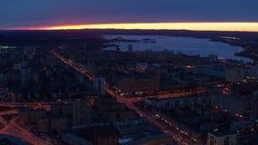 Vista a?rea del centro de la ciudad europeo t?pico de la ciudad en la noche metrajes