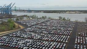 Vista a?rea del estacionamiento masivo para las nuevas importaciones del coche almacen de metraje de vídeo