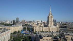Vista a?rea del hotel Ucrania en Mosc? Rascacielos de gran altura sovi?ticos viejos de Rusia Stalin en coraz?n de la ciudad moder metrajes