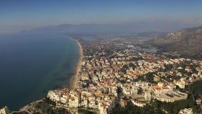 Vista a?rea del mar tirreno y de la ciudad de Sperlonga, Italia metrajes