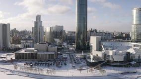 Vista a?rea del muelle hermoso cubierta con nieve y de edificios de cristal modernos en el centro de ciudad en d?a soleado del in almacen de video