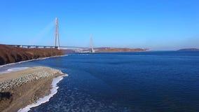 Vista a?rea del paisaje del mar que pasa por alto el puente ruso metrajes