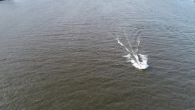 Vista a?rea del placer que pesca el barco el r?o Delaware Philadelphia de la velocidad metrajes