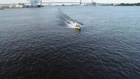 Vista a?rea del placer que pesca el barco el r?o Delaware Philadelphia de la velocidad almacen de metraje de vídeo