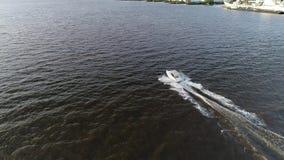 Vista a?rea del placer que pesca el barco el r?o Delaware Philadelphia de la velocidad almacen de video
