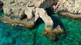 Vista a?rea del puente de los amantes en la orilla rocosa de mediterr?neo, Chipre almacen de metraje de vídeo