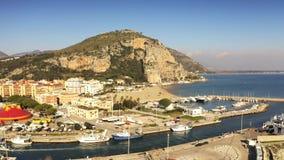 Vista a?rea del puerto deportivo en Terracina, Italia metrajes