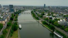 Vista a?rea do cano principal de rio dentro de Francoforte - s?o - limites do cano principal, Alemanha filme