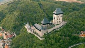 Vista a?rea do castelo de Karlstejn vídeos de arquivo