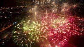 Vista a?rea do fogo de artif?cio colorido na cidade iluminada de Moscou na noite HD completo video estoque