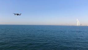 Vista a?rea do hotel de Burj Al Arab, recurso luxuoso famoso em Dubai, no fundo do c?u azul estoque Quadcopter ou zang?o video estoque