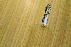 Vista a?rea do trator de cultivo que ara e que pulveriza no campo agricultura Vista de acima Foto capturada com zang?o fotos de stock