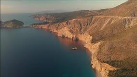 Vista a?rea esc?nica de la costa costa de Kefalonia durante puesta del sol metrajes