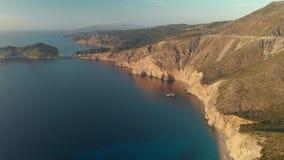 Vista a?rea esc?nica de la costa costa de Kefalonia durante puesta del sol almacen de metraje de vídeo