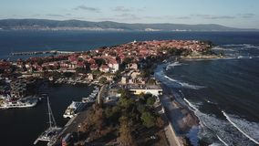 Vista a?rea general de Nessebar, ciudad antigua en la costa del Mar Negro de Bulgaria almacen de metraje de vídeo