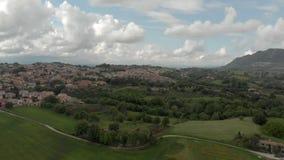 Vista a?rea impresionante del campo con el pueblo en medio de prados y de bosques metrajes