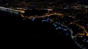 vista a?rea 4K de la 'promenade' de Francia de la noche Niza, de la opini?n del mar Mediterr?neo y del aeropuerto Panorame de la  almacen de video