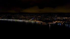 vista a?rea 4K de la 'promenade' de Francia de la noche Niza, de la opini?n del mar Mediterr?neo y del aeropuerto Panorame de la  metrajes