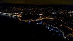 vista a?rea 4K de la 'promenade' de Francia de la noche Niza, de la opini?n del mar Mediterr?neo y del aeropuerto Panorame de la  almacen de metraje de vídeo