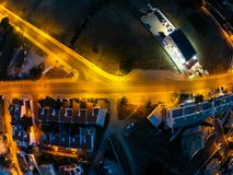Vista a?rea na cidade na noite, Albufeira, Portugal Ruas iluminadas no por do sol imagens de stock royalty free