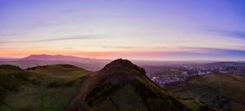 Vista a?rea sobre a montanha de Seat de Arthur, o pico principal do grupo de montes em Edimburgo, Esc?cia imagem de stock