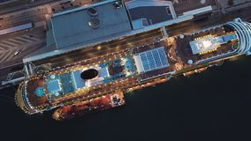 Vista a?rea superior de una cubierta abierta del barco de cruceros en el puerto existencias Paisaje rom?ntico de un trazador de l metrajes